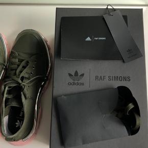 Unisex Adidas x Raf Simons Detroit runners i str 41 1/3. De er brugt meget få gange, og har ingen reel tegn på slid indover de er lidt beskidte under sålen.  Ekstra snørebånd og kort medfølger.    Køber betaler fragt