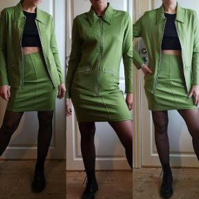 Nyt med prismærke, egen gemmer fra 90erne. Stræk i stoffet, nederdel er 50cm lang. Perfekt til et par Dr. Martens og overknee strømper, med en cropped top indenunder. Bedste rave outfit.