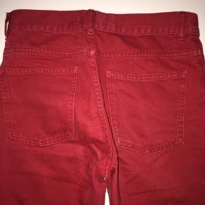 Røde denim jeans med flæser i bunden. Går ud i bunden:)