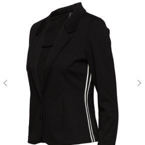 Helt ny blazere, stadig med mærke. Ny pris 500kr Sender gerne, ellers afhentning i Herning eller mødes i Århus. 🙃