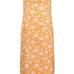 Soft flower dricco kjole fra Mads Nørgaard i str. 34.   100% bomuld  Nypris: 800 kr.   Kjolen er kun brugt en gang eller to, da den desværre ikke passer mig...  Den kan sendes for ca. 30 kr. eller hentes på Amagerbro.