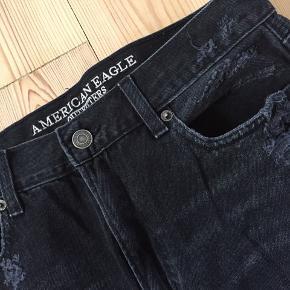 Forvaskede sorte ripped jeans fra American Eagle, kun brugt ganske få gange.  Str er US 8 - vil sige, at de fitter en stor S til M. Byd gerne