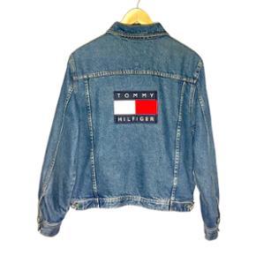 Sjælden Vintage Tommy Hilfiger denim jakke! 🔥🔥 Helt ubrugt og i perfekt stand! Dm for flere spørgsmål og billeder📷 Herre medium men kan også passes af en small