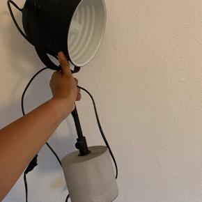 Bordlampe  Lidt ridser.  Sælges da den ikke bliver brugt  Nypris 599kr