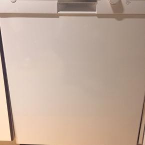 Brugt indbygnings opvaskemasine (mangler top og liste forneden) sælges pga flytning, ca 3 år gammel, virker upåklageligt  Model SN 5D200SK/01 med aquastop
