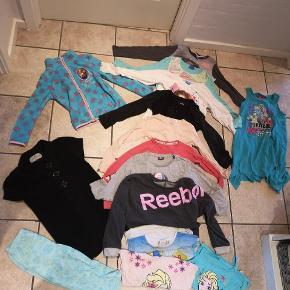 Pigepakke 7-8 år. 1 fleecejakke. 1 strik poncho/tunika. 5 kortærmede bluser/top.  7 langærmede bluser 3 kjoler 4 bukser 1 sommerdragt. Regnjakke.  Pletter/fnuller kan forekomme