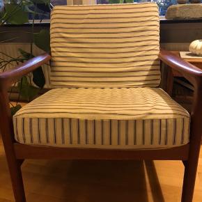 Teak stol i flot stand. Betrækket trænger til en vask og lynlåsen er gået på rygpuden. Dette ses ikke