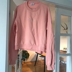 """Sweater fra samarbejdet mellem Envii X GIRLTALK X Emilie Lilja i farven """"Coral Pink""""  Fåes stadigvæk på webshoppen.   Brugt én gang! Måler ca. 64 cm fra ryg øverst til bund."""