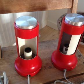 2 stk. Fog & Mørup bord/nat lamper fra 1960'erne i fin stand med få brugsspor.  H 20 Ø 10 cm.