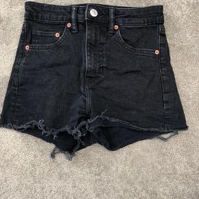 Sorte denim shorts fra H&M. Det kan godt ses at de er brugte, men har ingen skader:) Kan hentes i Fredericia eller sendes (du betaler fragt). Er du interesseret men utilfreds med pris, så BYD gerne en anden pris:)