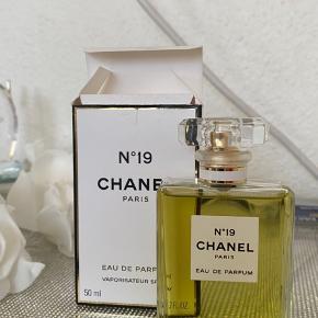 CHANEL NR19 50 ML.  Kun afprøvet duften med minimale sprøjt. Helt ny og aldrig brugt.   Nr19 refererer til Coco Chanels fødselsdag, 19 August. Skabt af Henri Robert som lavede mange andre parfumer til modehuset Chanel. Den er dedikeret til selveste Coco Chanel og blev lavet et år før hun døde.
