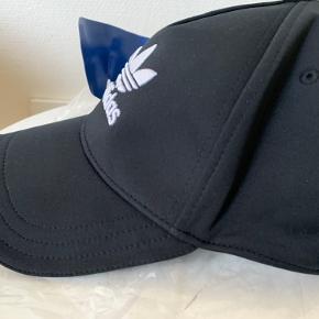 Sort unisex Adidas cap / kasket i str one size. Materiale r poly og bomulds mix Regulerbar strap / strop bagpå. (Mini Adidas logo langs cap kanten) Købt i UO forår 20 - aldrig den fået brugt, så stadig med mærker / tags! Hvis afhent 135