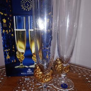 Royal Copenhagen (Holmegaard) - et par Neptun millineum champagneglas i krystalglas med guldbelægning