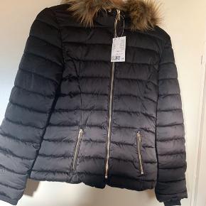 Ny H&M divided vinterjakke str 36. Med aftagelig pels. Nypris 399 kr.