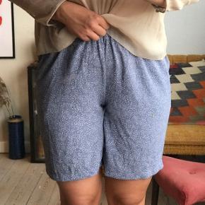 Fede lyseblå shorts med hvide prikker fra Pieces. Str. L 🐚 brugt få gange, i god stand! Har lommer.   Bemærk - afhentes ved Harald Jensens plads eller sendes med dao. Bytter ikke 🌸  💫 Shorts blå lyseblå prikker prikket
