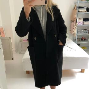 Udsolgt sort frakke fra Hm. Den fejler ikke noget og er kun brugt sidste vinter. Nypris var 1000kr. Kom med et bud:) Kan afhentes på Frederiksberg eller mødes i København.