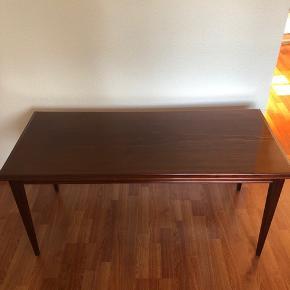 Super lækker sofa/tv bord i rigtig god kvalitet. Enkelte ridser/mærker (kan ses på billedet)