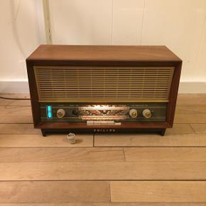Retro Philips radio - kan spille, men har udsving. Den ene knap er knækket af, men er til stede, og kan evt limes på.