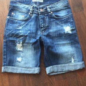 Smarte shorts str 27. Bud modtages.