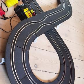 Retro racerbane med 2biler og 2ekstra karosserier.  Bropiller, rækværk til svingene. 2 kontrollere og incl batterier. Samlet og virker,  testet idag 9/8-2020.