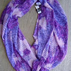 94a0094c79f Varetype: Nyt tube tørklæde fra PiecesStørrelse: Stort Farve: Lilla Nyt tube  tørklæde fra. PIECES Tørklæde