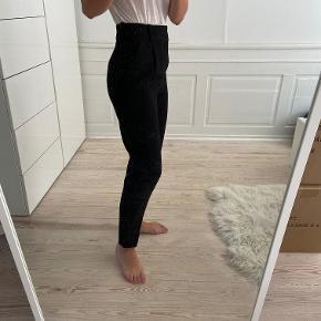 Højtaljede sorte pæne bukser fra Zara i str XS. Sælges da jeg ikke får dem brugt. Sælges for 80 kr. Kan afhentes i Kbh K eller sendes med dao til pakkeshop. Jeg giver mængderabat ved køb af flere ting - se mine andre annoncer