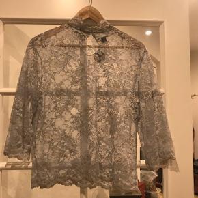 Utrolig smuk bluse fra erbs. Størrelse 40, men passes også af en medium. Den kostede 500 fra ny, og er stadig med prismærke. Byd