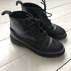 Dr. Martens støvler i ægte læder. 🖤 støvlerne er brugt én sæson, men sælges nu da jeg desværre ikke får dem brugt længere. De bærer brugstegn i form af lidt slid på indersiden (kan formentlig fikses med farvet læderfedt) og en lidt løsrevet sål (kan ikke ses når man har dem på). Brugstegnene er regnet ind i prisen, hvorfor de er billigere.   Tags: støvler, vinterstøvler, læderstøvler, ankelstøvler