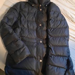Sælger min Tommy Hilfiger vinterjakke da jeg ikke får den brugt mere den er rigtig lækker og varm. Den har lidt tegn på brug ved lynlåsen der er vedhæftet billeder. Og jeg har tabt hetten til den. Det er med knapper så der er mulighed får at sætte en ny på. Byd gerne