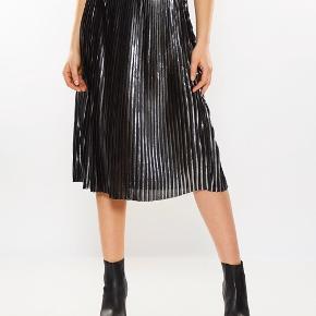 Smuk Launo nederdel i sølvfarve, perfekt med grå strik.  Handler over MobilePay, køber betaler porto alt efter hvilken forsendelse du ønsker.