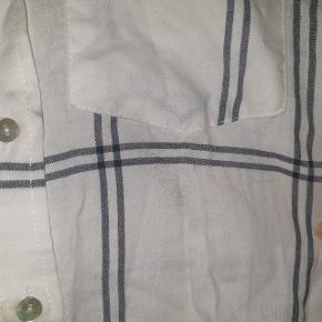 Smuk skjorte fra H&M, har et lille mærke på brystet, som ikke er prøvet fjernet, men vil selvfølgelig gerne prøve at fjerne den, inden køb!