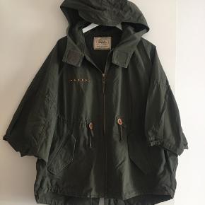 Brug max 5 gange  Cool armygrøn canvas jakke fra Zara  Kan sendes på købers regning Ingen pletter eller andre fejl.