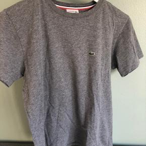 Tshirt fra Lacoste  Er en børnemodel hvor størrelsen er 16 år / 176 cm, svarer til en S i dame