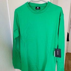 Grøn unisex bluse med cell Phone tryk på ryg i str. S fra Sweet SKTBS. Mål: længde ca 72 cm Bredde fra ærmegab til ærmegab ca 50 cm Ærmer fra skulderkant og ned ca 65-66 cm Materiale 100% blød bomuld. Sælges for under 1/2 pris plus porto (Ca 275 inkl med DAO)