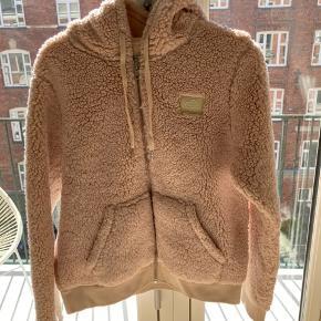 Lækker varm bamse-hoodie fra Samsøe Samsøe. Kan også passes af en S, hvis den skal være lidt oversize  Kun brugt 2-3 gange, så fremstår helt som ny