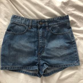 Højtaljede denim-shorts, virkelig fin pasform og vask. Favoritshorts :-)