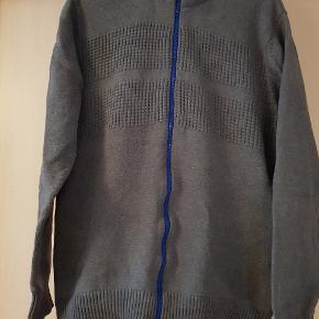 2 trøjer med høj hals og lynlås. Farve ( grå med blå lynlås, sort med grøn lynlås ) Str. L 30 kr. Pr. Stk.  ( SENDER IKKE )