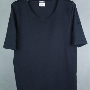 Fantastisk Chanel basis t-shirt - passer en S/M! Den har ikke været sat i produktion, da det er en t-shirt, som Chanel's personale har været iført i deres stores. Vintage fra 1990'erne.