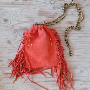 Fin lille taske i orange ruskind. Brugt 2-3 gange og i perfekt stand.  Np: 1800