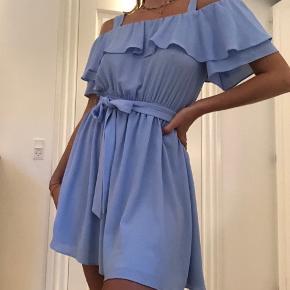 Smuk lyseblå sommerkjole fra Miss Selfridge i størrelse 38. En størrelse 36 vil også uden problemer kunne passe den. Bindebånd i taljen.