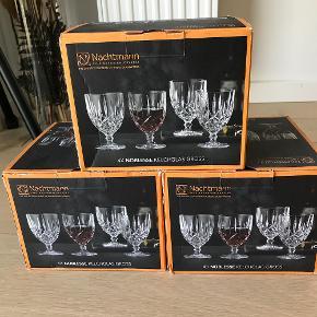 Glas, Drikkeglas af krystal - 12 stk., Nachtmann  Nachtmann Noblesse Goblet Tall - 12 stk. krystalglas (3 æsker m. 4 glas i hver) - Har aldrig været brugt og er derfor stadig i original emballage med originale mærkater på glassene - Sælges samlet  Perfekt til middagsbordet, når der ikke skal gås på kompromis hvad angår stil.  Nypris: 285 kr. pr. æske (i alt 855 kr) Din pris: 425 kr. for alle æskerne samlet  Kan afhentes i København NV eller sendes for købers regning.  Krystal Vinglas Drinkglas Drinksglas Drinks Drink Rødvinsglas Hvidvinsglas Champagneglas Drikkeglas Vandglas Krystalglas Borddækning Service