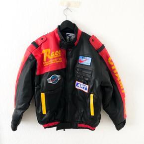 Vintage racing jakke i tykt slidstærkt faux læder.. har de sejeste patches.  Prisen er eksklusiv fragt og jeg sender kun 🥰