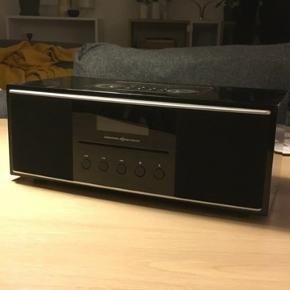 DAB og FM radio med indbygget holder til fx iPhones (af ældre dato jf. stiktype). Fejler intet. Af mærket International Receiver Company. BYD gerne