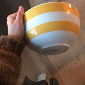 Super fed stribet skål i gul og hvid ⭐️ skålen er ikke brugt særlig meget, og fejler ingenting! Måler 22 cm i diameter i toppen - perfekt som frugtskål eller til salater 🥒🍎🥗   Bemærk - afhentes ved Harald Jensens plads eller sendes med dao. Bytter ikke!   🌸 skål stribet striber Ikea salatskål frugtskål salat frugt