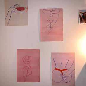 Elegant curvy dame malet med vandfarver på A4 i lyserøde farver🌸   Jeg håndmaler mine billeder så de kan godt variere lidt, men det er meget minimalt og jeg sender selfølgelig et billede af den før jeg sender🙂  Skriv hvis du ønsker at få malet noget bestemt😊  Plakat / maleri / poster