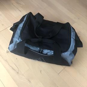 Sportstaske fra Adidas. Brugt få gange. Jeg sender gerne.