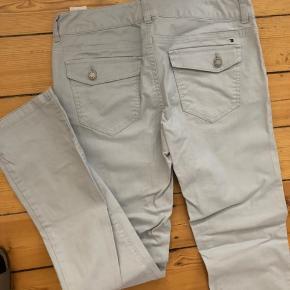 Tommy Hilfiger jeans.  Lysegrå med lige ben.  Str 6 i US størrelser.   Kan sendes eller afhentes i Rødovre.