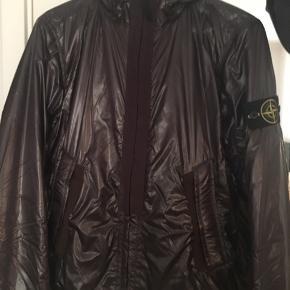 Stone Island regnjakke i bordeaux.  Købt i Italien for omkring en måned siden. Købt for 2500,-  Sælges da den ikke bliver brugt nok...  Bin: 1000,-  Jeg står for fragt og betaling foregår over mobilepay💸