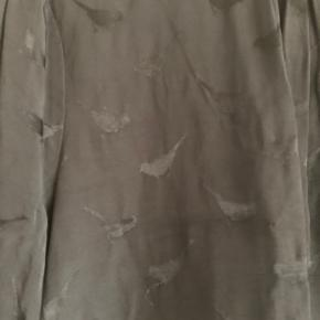 Fin bluse med fugle print i stoffet. Køber betaler porto