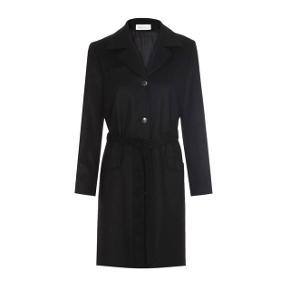 Smukkeste sorte Skall Stuido Bobby Coat, perfekt til nu eller vinter med en strik under 🍂